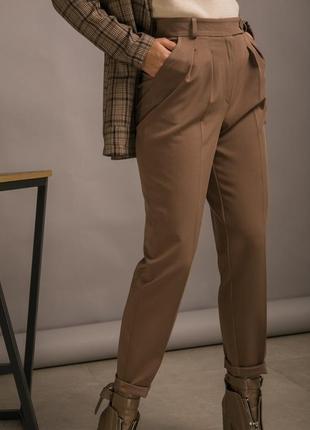 Классические брюки со стрелками и высокой талией