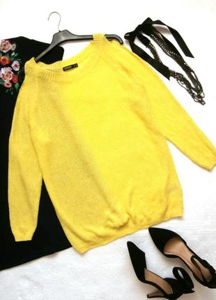 Яркий свитер кофта с открытыми плечами