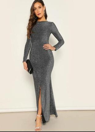 Длиное блестящее серое платье с открытой спиной