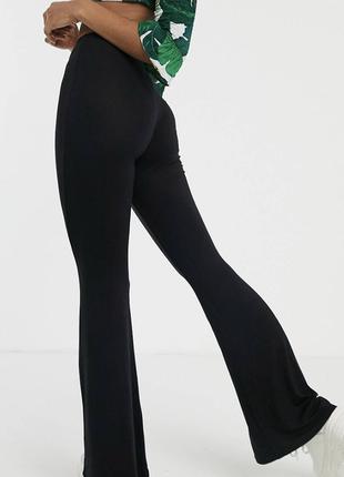 Чёрные расклешенные штаны на высокой талии