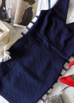 Лаконичное платье из плотной ткани