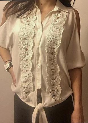 """Блуза с вырезами по плечам  и кружевным декором , рукава """"кимо..."""
