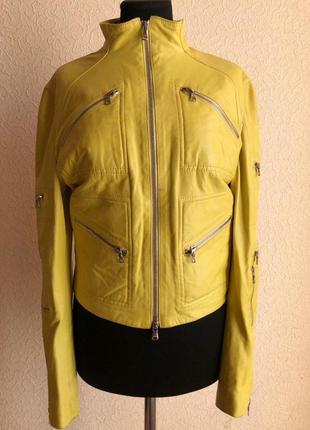 Ярко-салатовая кожаная куртка от бренда blumarine в идеальном ...