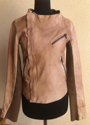 Бежевая кожаная куртка от бренда zara с вязаным рукавом