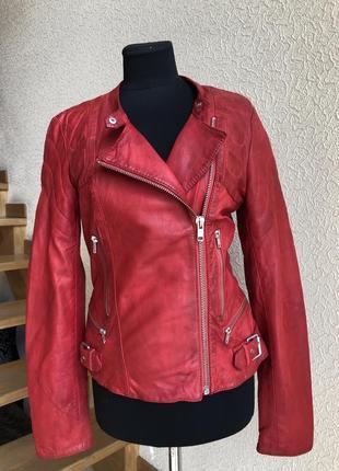 Кожаная куртка косуха от бренда closed, красная в идеальном со...