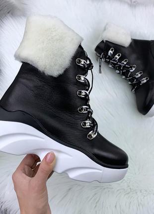 Эффектные зимние ботинки с меховой опушкой на массивной подошве