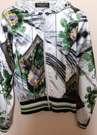 Яркая атласная летняя куртка бомбер