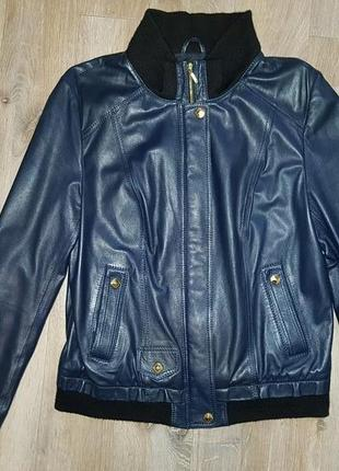 Стильная темно-синяя кожаная куртка бомбер