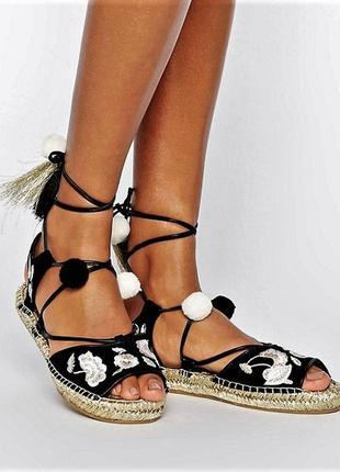 Эспадрильи-сандали с золотой вышивкой на завязках на платформе