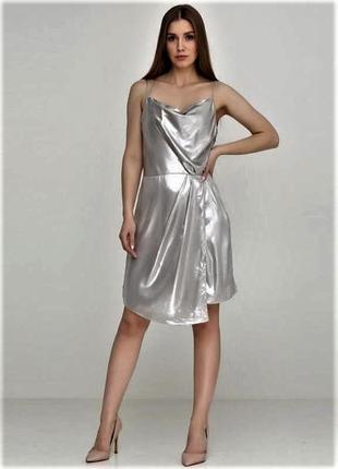 Мерцающее струящиеся серебряное  платье на бретельках  в белье...