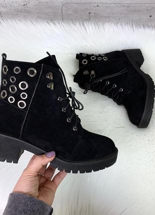 Стильные зимние ботинки на низком каблуке