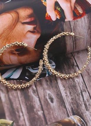 Серьги кольца золотистого цвета