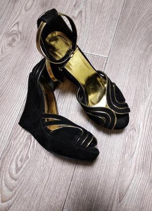 Нарядные туфли босоножки под замшу золото на танкетке широкую ...