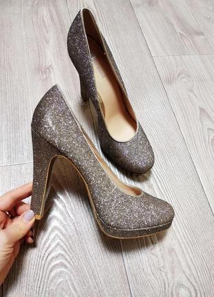 Шикарные нарядные блестящие туфли золотистые под платье на пра...