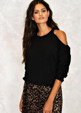 Черный вязанный свитер оверсайз с открытыми плечами вырезами к...