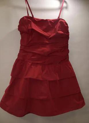 Маленькое красное платье с пышной юбкой
