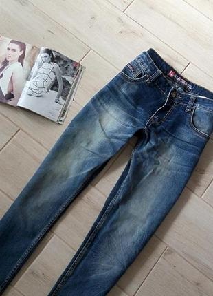 Стильные мужские джинсы с небольшими потертестями р. 30 s m