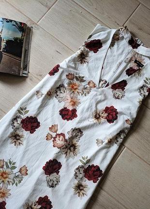 Красивое платье миди прямого кроя в цветочный принт с чокером ...