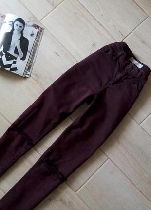 Зауженные джинсы скинни дудочки с разрезами на коленках