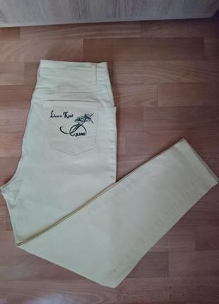Трендовые джинсы бледно желтого цвета завышенная посадка