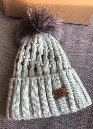 Мятная зимняя шапка с бусинами