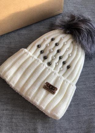 Белая шапка с бусинами