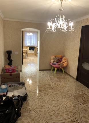 Квартира 3к. 74.3 кв. С дорогим ремонтом и мебелью. Есть гараж.