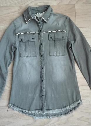 Стильная серая джинсовая рубашка на кнопках