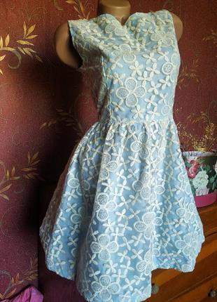 Голубое приталенное короткое платье расшитое цветами с вырезом...