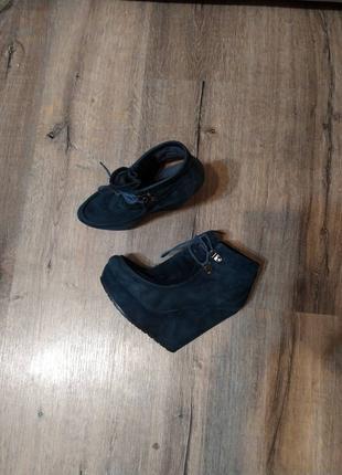 На высокой танкетке платформе замш сапоги ботинки