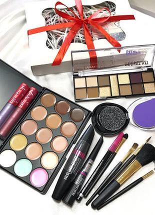 Набор декоративной косметики, в красивой подарочной упаковке к...