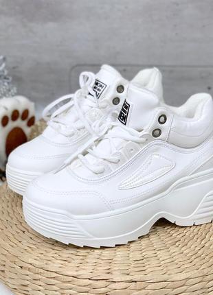 Белые зимние кроссовки на массивной подошве