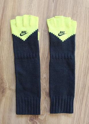 Достаточно теплые стильные перчатки с вырезаными пальцами nike...