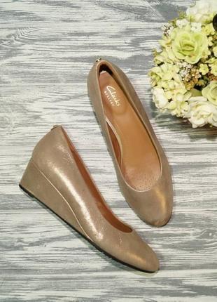 Clarks. кожа. роскошные золотве туфли