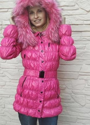 Яркий розовый зимний пуховик с капюшоном и мехом