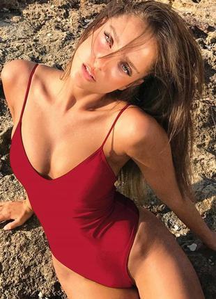 Бордовый слитный купальник с открытой спиной