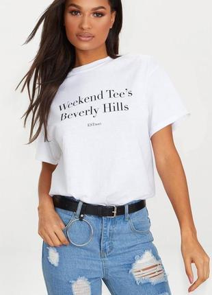 Белая футболка свободного кроя с надписью, слоганом