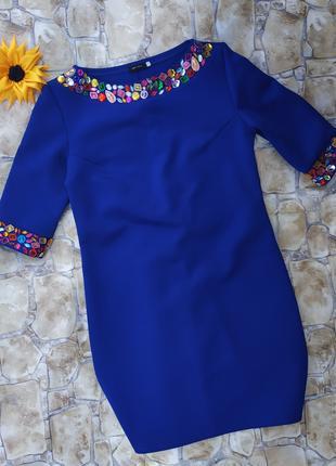 Платье с камнями цвета электрик