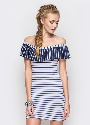 Легкое трикотажное платье с открытыми плечами.