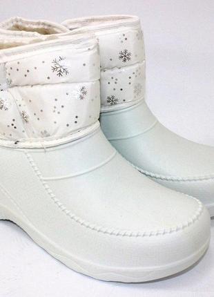 Женские зимние белые короткие сапоги дутики со снежинками эва
