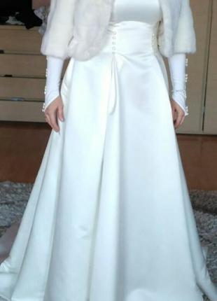 Свадебное платье 52 р со шоейфом  перчатки полушубок