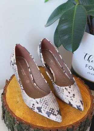 Туфли лодочки на маленьком каблуке в принт змии