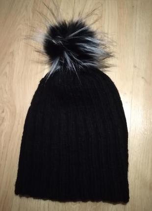 Тёплая актуальная шапка бини с бумбоном из эко-меха