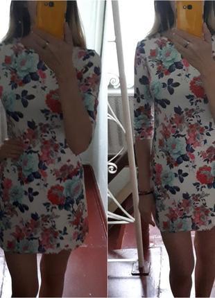 Платье в цветочный принт, платье по фигуре