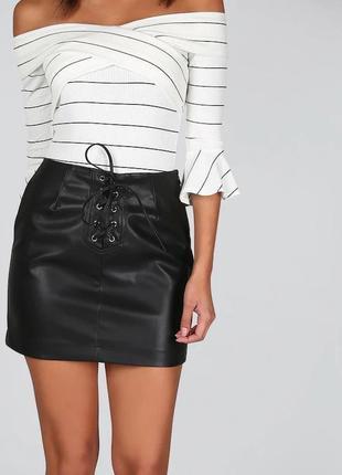 Черная кожаная короткая мини юбка с люверсами шнуровкой завязк...
