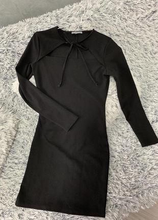 Стильное платье в обтяжку с шикарным декольте