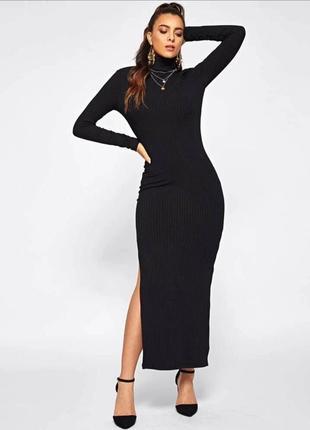 Длинное черное платье в рубчик с разрезом