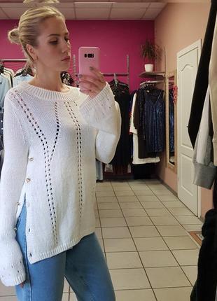 Шикарный хлопковый белый свитер с клешеным рукавом
