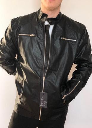 Мужская черная кожаная куртка с молниями