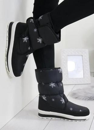 Женские зимние черные сапоги дутики со снежинками на липучках ...